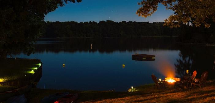 ballīte pie ezera